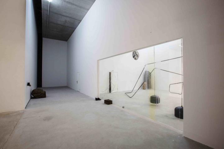 """红砖美术馆正在展出的""""杜尚奖""""得主塔提亚娜·图薇个展""""不在场者的光亮""""展览中的作品《门厅》"""