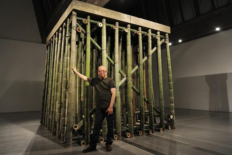 """佩斯北京萧昱最新个展""""水泥楼板"""",无论是竹子还是搭建竹子的方式,都带着草根的力量,却能将重达数吨的水泥石板稳稳的托起,就像整个社会的结构,在粗暴直接的运作模式下确实强劲的经济和生产力,有着不可思议的力量。"""