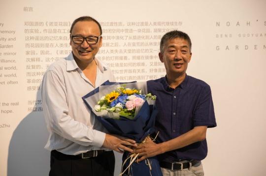 开幕现场,策展人朱青生与艺术家邓国源
