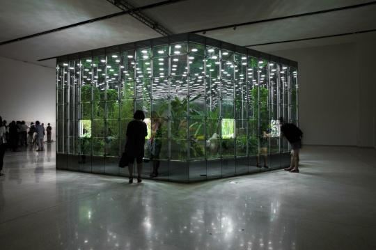 邓国源作品《诺亚花园》,单边长4.5米,高3.5米,直径9米,面积53平方米,铝合金钢架,玻璃(镜面),LED照明灯,半自动旋转门,植物,假山石,2015