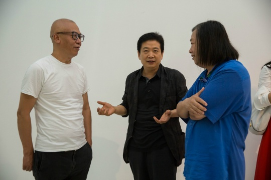 开幕现场,艺术家许仲敏、中国美术馆副馆长张子康、红砖美术馆馆长闫世杰