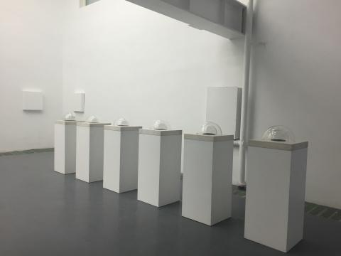 郭工 《心经》 50×50×130cm 汉白玉大理石、扬声器、玻璃罩、密度板、影碟机 2011
