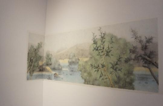 """《复乐园》(局部)贴在墙上的水墨画被策展人称作""""壁画"""""""