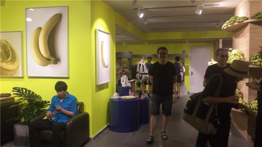 展览现场的艺术家与观众