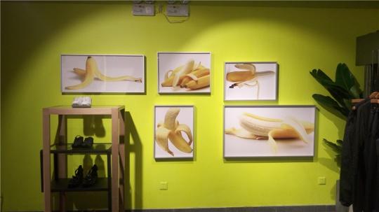 现场墙壁上的香蕉照片