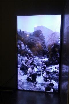 酒水区后面的影像作品