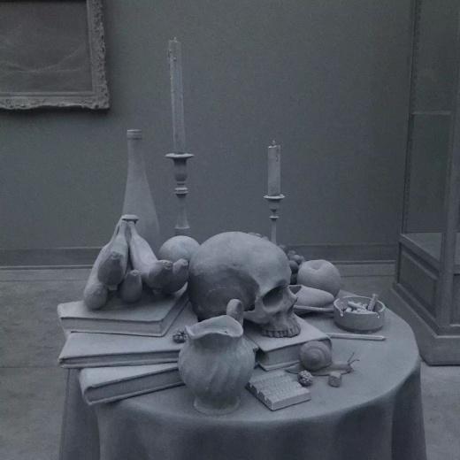 我猜测艺术家服用过抗兴奋的精神类药物,包括褪黑素,他试图把情绪和颜色全部从生活中挤压出去,让整个世界沉浸在高级灰中。(Hans Op de Beeck作品)