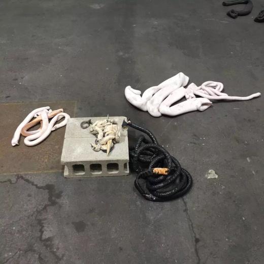 要是有人在Art Basel展厅里说地上有一堆烂皮管需要清理,会不会被人笑话。(Nina Canel作品)
