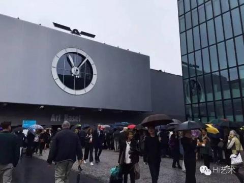 小雨中等待入场巴塞尔艺博会主场的第一波First Choice VVIP们。