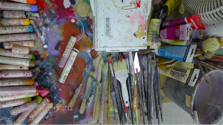 王玉平喜欢用油画棒,它因为不锋利,所以能留下松动的边缘线