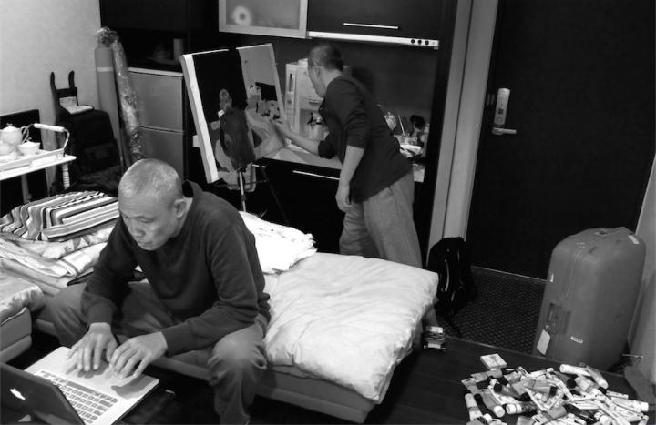 王玉平和发小周京刚到台北那天,还没出门溜达,先在房间里抹上几笔