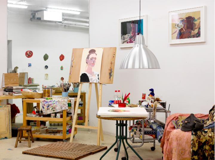 王玉平之前在罗马湖的工作室,墙上的作品是儿子小时候陪他一起画的