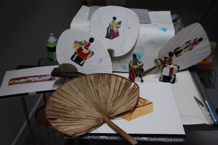 专门画水彩画的小桌上摆着从伦敦跳蚤市场淘来的仪仗队骑士玩偶,也是扇面上的模特
