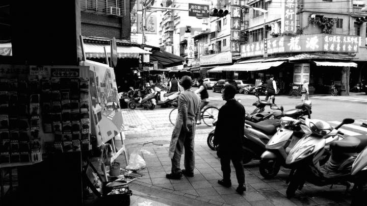 台北的迪化街写生,王玉平喜欢那些写满繁体字的密集的招牌