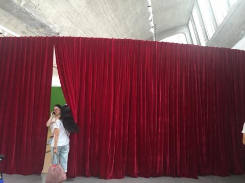 展厅中有一个红色的幕布,如同小小的剧场