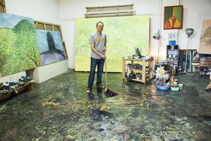 画室的地板经过毛旭辉用拖把擦拭,瞬间所有的颜色都浮现出来,非常好看,这些颜料都是因为毛旭辉喜欢在地板上画画的缘故,也因为画室条件所限