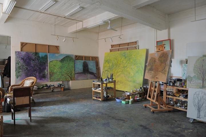 """~画室中还未完成的""""圭山""""系列作品,背景为黄色的大画已经画了很久,但毛旭辉一直没有将这件作品完成,他更愿意等待时间,等待灵感的成熟"""