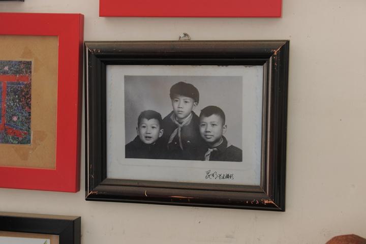 毛旭辉的老照片,相框都已经斑驳了