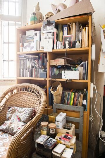 这个书柜中全都是CD碟,数量非常惊人,毛旭辉经常会去音像店,几乎每次都是满载而归。这些CD收集了很多个年头了。