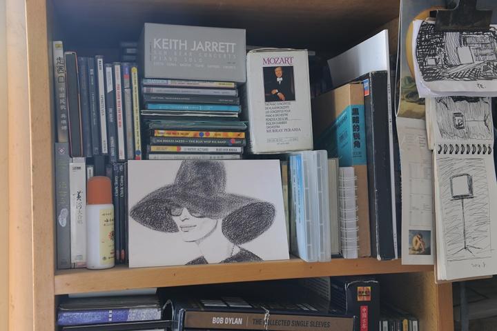 看一眼就看见凯斯杰瑞和莫扎特的作品,还有鲍勃迪伦。毛旭辉说:我是根据自己的具体状况选择音乐,这两年偏重于听古典音乐