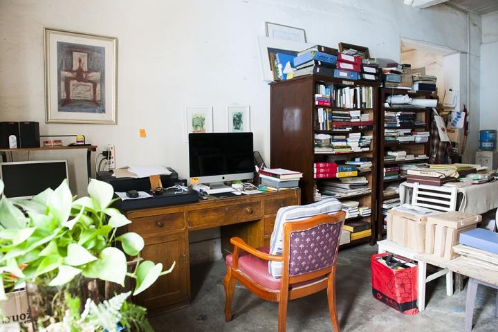 画室旁边的一间工作室,家具有毛旭辉买回来的二手书柜和从亲戚家里拿来的书桌,都是旧的物品,但全部都看起来很结实,也散发出时间的味道