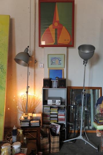 这个角落放着毛旭辉的CD机,这里放着都是他最近经常听的CD,采访的当天毛旭辉播放了拉赫玛尼诺夫的音乐