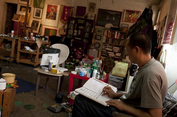 毛旭辉在写文章,这张照片中工作室又发生了一些的变化