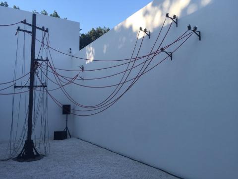 两个空间之间作为连接的露天走廊让杨画廊有更为丰富的展览可能