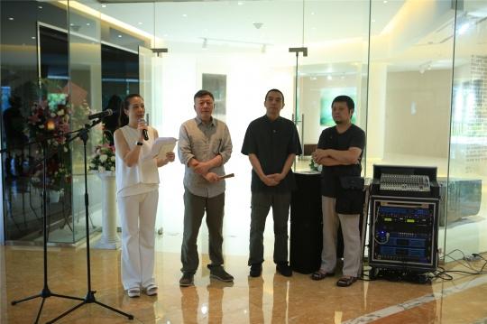 到场参展艺术家:汤国、沈勤、邵文欢(左二起)