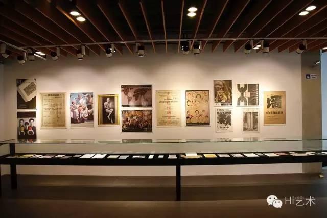 """""""关于展览的展览:90年代的当代艺术展示""""展览现场"""