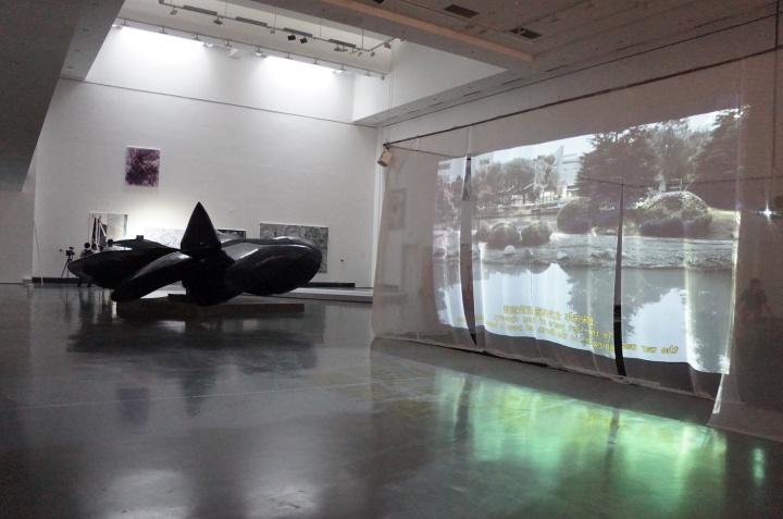 展览现场,苏州艺术家刘越影像作品《土地与时间》以纪录片剪辑的方式记录了苏州工业园区最后一座土地庙的兴败。