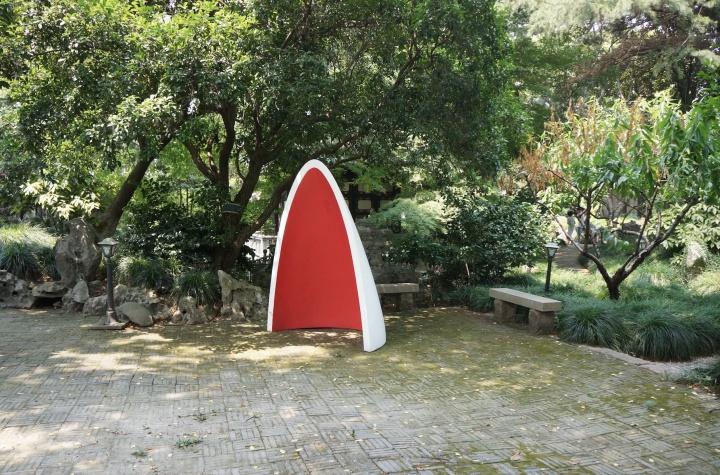 胡荣生声音装置《 聆听时间》安置在私家园林朴园中,抽象的形态和色彩同自然的园林形成另一种形式的对话。