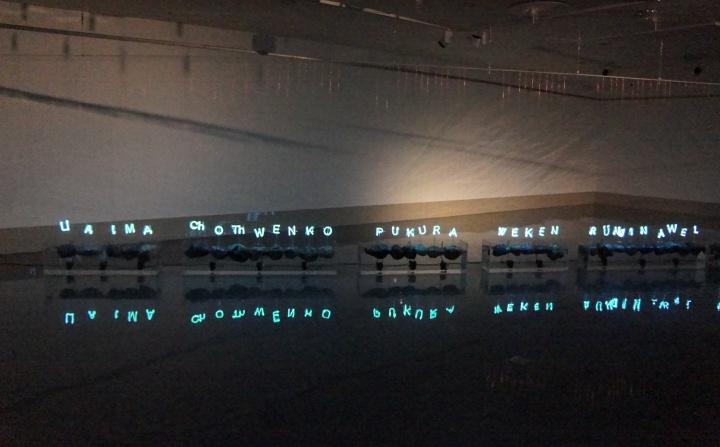 智利艺术家 贡萨罗·迪亚斯《众山之神》装置 (有机玻璃、火山石、水泵、霓虹灯)