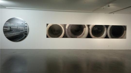 左:李易纹 《齿轮效应Ⅱ》 200×200cm 布面丙烯2013;右:李易纹 《黑洞》 120×720cm 布面丙烯 2014
