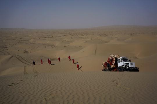 视频画面为沙漠车在沙漠中工作