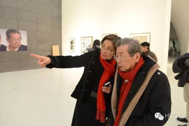 """2012年""""黑白东西:朱乃正艺术思行展""""现场,展厅上方悬挂的书写着""""思、悟、行""""的红色方块隐喻着朱乃正的名字"""