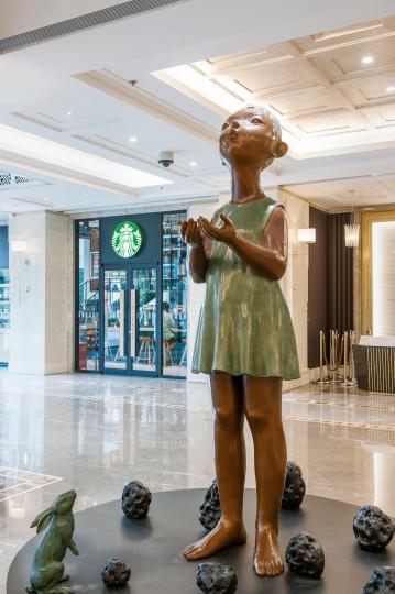 星巴克门外的《流星雨》,两米多的雕塑似乎手捧希望