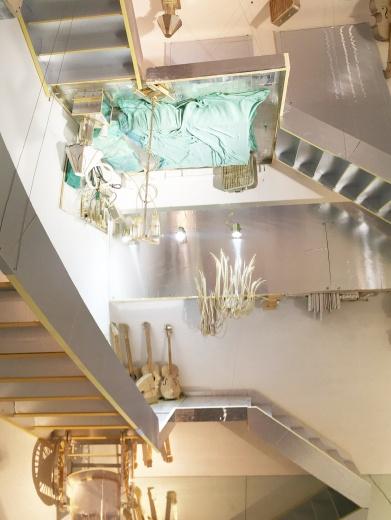 """萨马拉·戈尔登(Samara Golden)b. 1973  常驻洛杉矶 萨马拉·戈尔登以创作沉浸式的装置作品,来探索她所谓的""""六维空间"""";在这一维度中,过去、现在、未来同时存在。《刀面》结合了物理空间与镜面虚构的空间,后者反映出了艺术家所指的""""意识层"""",近似于大脑中的心理与幻觉层。"""