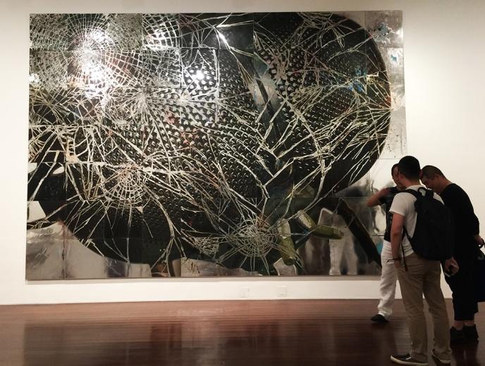 吴笛 b. 1979  常驻北京 《杀手II》回应了互联网流传的图像对当今视觉环境的冲击,同时也暗示了当今我们流畅的图像识读能力,我们读得飞快,并吸收着存在于现实图景中被强化的象征性符号。——凯伦·史密斯