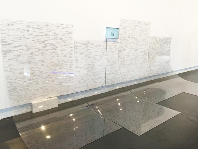 徐文恺(aaajiao) b. 1984  常驻上海 在作品中缓慢走动,有意识地去感受栖息于一个个外形背后的空洞,那一片片铁丝网除了空气以外什么都没有围住,你将感受到被强调于aaajiao的艺术哲学中的某些冥思关怀。——凯伦·史密斯