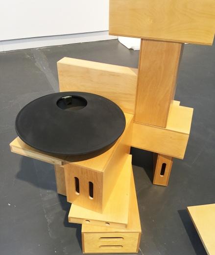 克丽·特赖布(Kerry Tribe)b. 1973  常驻洛杉矶 艺术家克丽·特赖布在本次展览中所展示的作品源于她对语言、意识及交流上日益发展的浓厚兴趣,以及其寻求各种途径通过一些有意义且前所未有的方式来映射人的认知过程,使观众得以进行体验。