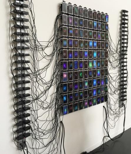 """塔博尔·罗巴克(Tabor Robak)b. 1986  波兰 罗巴克长期与电脑软件相依为伴,致力于研究形态的""""进化""""。这件作品展现了虚拟和现实之间的异同,也诠释了艺术家的艺术实践和自然界的进化发展之间的""""突触""""与""""裂隙""""。"""