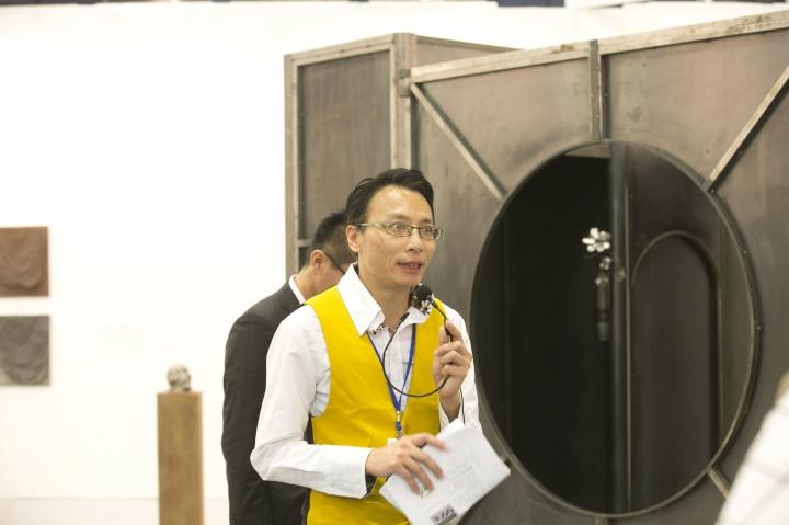 执行长王焜生于台北国际艺术博览会现场进行导览