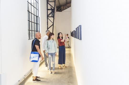 展览现场上海外滩美术馆馆长Larys Frogier、收藏家王珺、收藏家陶律