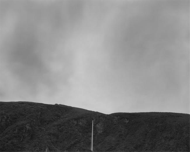 展览现场《给予》系列。这是是一组历时三年,远赴北极圈、南半球等国家和地区拍摄的大尺幅银盐作品,精细记载我们所在星球亘古以来长期演变的不可言喻的奇妙景观,是艺术家回归传统暗房,对古老冲洗技术的一次独特尝试。