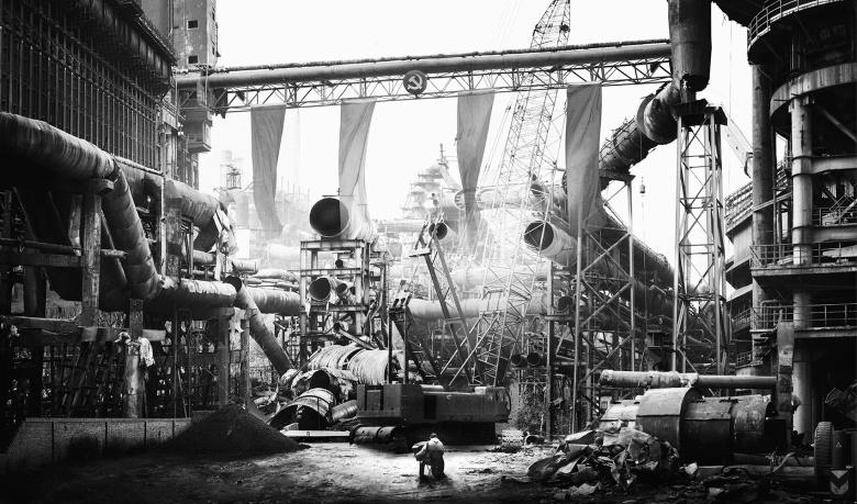 蜂巢当代艺术中心 侯帅 《钢铁工厂》 88×150cm 摄影、爱普生艺术微喷、哈内姆勒摄影纯棉硫化钡纸基纸 2014 价格:1/3版—18000,2/3版—20000,3/3版-24000