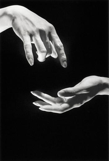 亦安画廊 阮義忠 《手的秘密》 28×35cm 攝影集封面作品,藝術家親手沖印 1978 价格:RMB 13,000