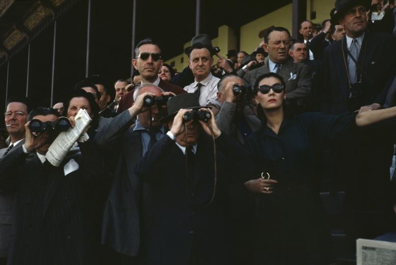 Magnum Photos Robert Capa,Spectators at Longchamp Racecourse,Paris,1952 该画廊已是连续三届亮相影像上海了