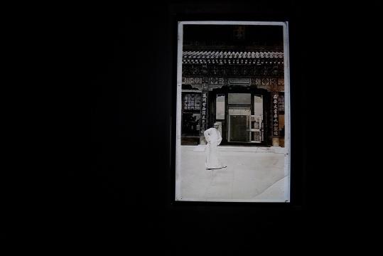 """晚清民国的老照片中,一个""""古人""""在不断的行走,出入画面之中。"""