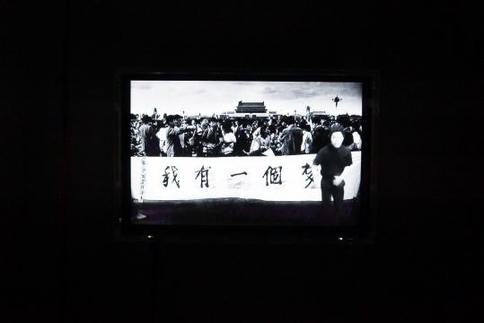 一个当代青年在一张文革期间的老照片前跳了一段酷炫的舞蹈。